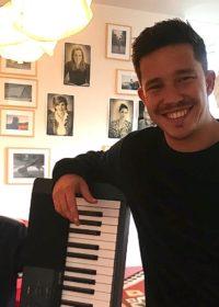 Nico mit Julian und Keyboard